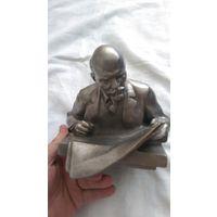 Ленин за чтением.