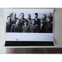 Фото одиннадцать первых космонавтов СССР в Звездном городке, 1965 г. переснято с оригинала