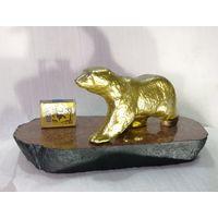 Медведь на полированном красном граните.  Силуминовое литьё.
