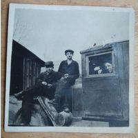 Фото на капоте автомобиля. 1950 г. 6х6 см