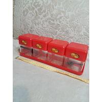 Набор контейнеров (емкостей, банок, коробок) для хранения сыпучих продуктов.  С подставкой. Можно ставить на полку либо подвешивать на стену - есть петли для подвешивания. Очень удобная и полезная вещ
