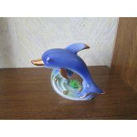 Дельфины из фарфора.