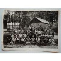 Фото в пионерском лагере Минского тракторного завода. 1960 г. 13х18 см