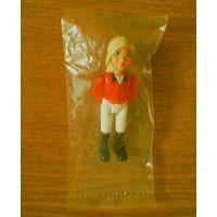 Блондинка в костюме для верховой езды из Лего (LEGO Belville Female - Horse Rider, White Shorts, Red Shirt, Light Yellow Hair Ponytail - 7585 Horse Stable (Конюшня. Наездница). belvfem80