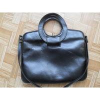 Черная сумка из кожи.