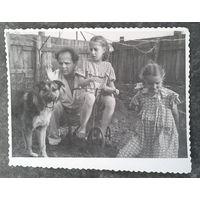 В компании с собакой и велосипедом. Фото 1950-60-х. 9х11.5 см.