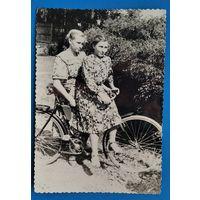 Фото двух минчанок с велосипедом. 9х12 см