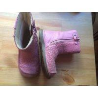 Фирменные сапожки Clarks 22 размера(указан размер 5,5) из качественной кожи интересной отделки нежно розового цвета, идеально на осень-весну, в отличном состоянии