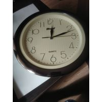 """Круглые настенные кварцевые часы в пластмассовом корпусе""""KRONOS""""."""