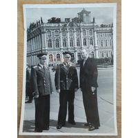 Фото военных на фоне Зимнего дворца. г.Ленинград. 1950-е. 8.5х12 см