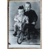 Дети на велосипеде. Фото 1948 г. 8х12.5 см