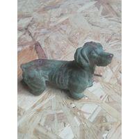 Старинная тяжёлая бронзавая  статуэтка собачка Клеймо состояние на фото