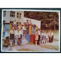 """Фото в пионерском лагере """"Сосновый бор"""" (Зеленое) 1973 г. 12.5х18 см"""