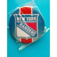"""Значок с логотипом клуба НХЛ - """"Нью-Йорк Рейнджерс""""."""