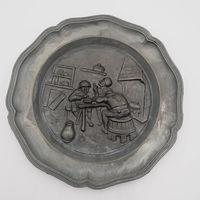 """Оловянная настенная тарелка """"Трое в корчме"""" / диаметр 21,5 см, клеймо /"""
