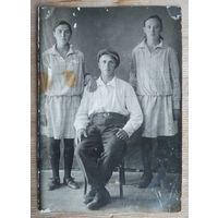 Фото юноши и двух девушек. 1930-е. 9х13 см