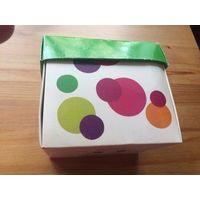 Красивая коробочка, радужная, высота 9 см, верх 11 на 13 см. Среднее состояние.