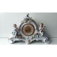 Часы настольные немецкие в фарфоровом корпусе Начало 20 века Von Schierholz фарфорового завода,Плауэ, Тюрингия, Германия.