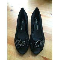 Красивые туфли с Китти на 39 размер. Натуральный замш, на реально 38,5-39 размер, длина стельки примерно 25 см. Не носили, не подошли по размеру, нет одного стразика, но совершенно не бросается в глаз