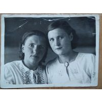 Фото двух девушек. 1940 г. 11.5х8.5 см.
