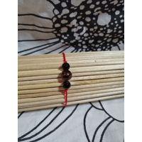 Красный браслет-оберег с чёрными и коричневыми бусинами