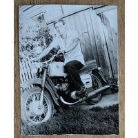 Фото мужчины на мотоцикле. 1978 г. 9х12 см.