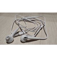 Наушники с микрофоном и регулятором громкости белые