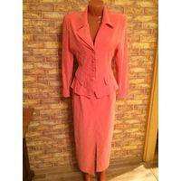Красивый костюм персикового цвета на размер 44 Ткань на ощупь как велюр, очень мягкая и приятная юбка длинная, замеры делать бесполезно, он очень хорошо тянется. Обмен не интересует