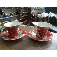 Две кофейные чашки с блюдцами вместе.