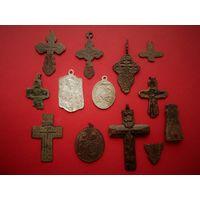 Крестики и медальоны.