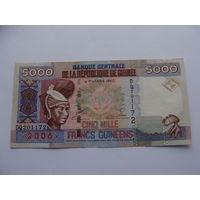 """Гвинея. 5000 франков 2006 год  """"Девушка в национальном костюме. Дамба на реке"""""""