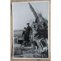 Фото у зенитной установки. Кенигсберг? 1945 г. 9х14 см