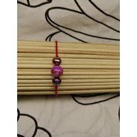 Красный браслет-оберег с сиреневой бусиной и бусинами с напылением