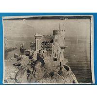 """Фото у """"Ласточкиного гнезда"""" в Крыму. 1950 г. 9х12 см."""