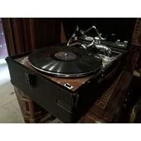 Патефон немецкий довоенный. все оригинальное. звук потрясающий, по работе без проблем. стол деревянный