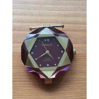 Красивые часы Qemeux, цвет бордо и золото, водонепроницаемые, я их практически не носила. Ремешка нет, все на фото. Состояние хорошее, необходима замена батарейки. Рабочие.