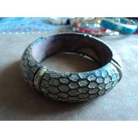 Браслет деревянный с бронзовыми вставками.  Выделка под кожу змеи. Ретро. 2,8 см-ширина.