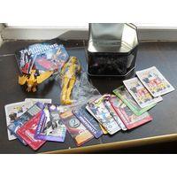 Коллекционные игрушки, жестяная коробка и карточки.