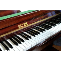 Продам немецкое пианино (фортепиано) Geyer из коричневого натурального полированного дерева.