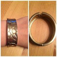 Стильный браслет в цвете золота ширина 2 см, очень красиво смотрится на руке.Б/у в хорошем состоянии. Качественный металл, увесистый браслет.