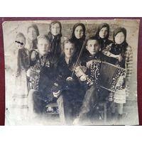 Фото группы художественной самодеятельности. 1930-е. 8х10 см.