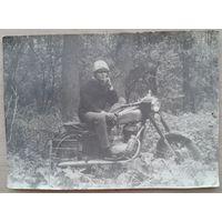 Фото. Мужчина на мотоцикле в лесу. 9х13 см.
