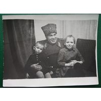 Фото генерала с детьми. 8.5х11.5 см.