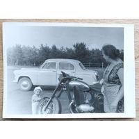 Фото ребенка с автомобилем и мотоциклом. 9х12 см.