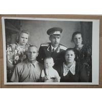 Семейное фото с молодым лейтенантом. 12.5х17 см