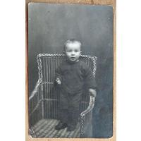 Фото ребенка в кресле. 1920-е. Фотография Ю. Берманта. г.Полоцк. 9х13.5 см.