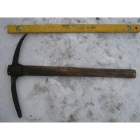 Старинная кирка с клеймом в супер сохране-с родной ручкой. Идеальна для сбивания льда при входе,выезде. Крепчайший метал.
