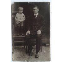 Фото мужчины с ребенком. 1930-е. 8.5х13.5 см