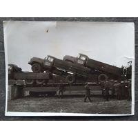 Фото 1970-х. Военные автомобили на железнодорожной платформе. 13х18 см.