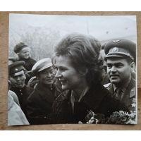 Фото летчиков-космонавтов Валентины Терешковой и Андрияна Николаева на встрече в Улан-Баторе. 1965 г